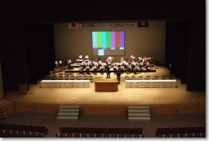 舞台中央に大型スクリーンを設置した例
